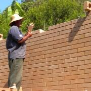 Exemplo de parede de tijolo ecológico em uma construção executada em conformidade com a arquitetura Vastu