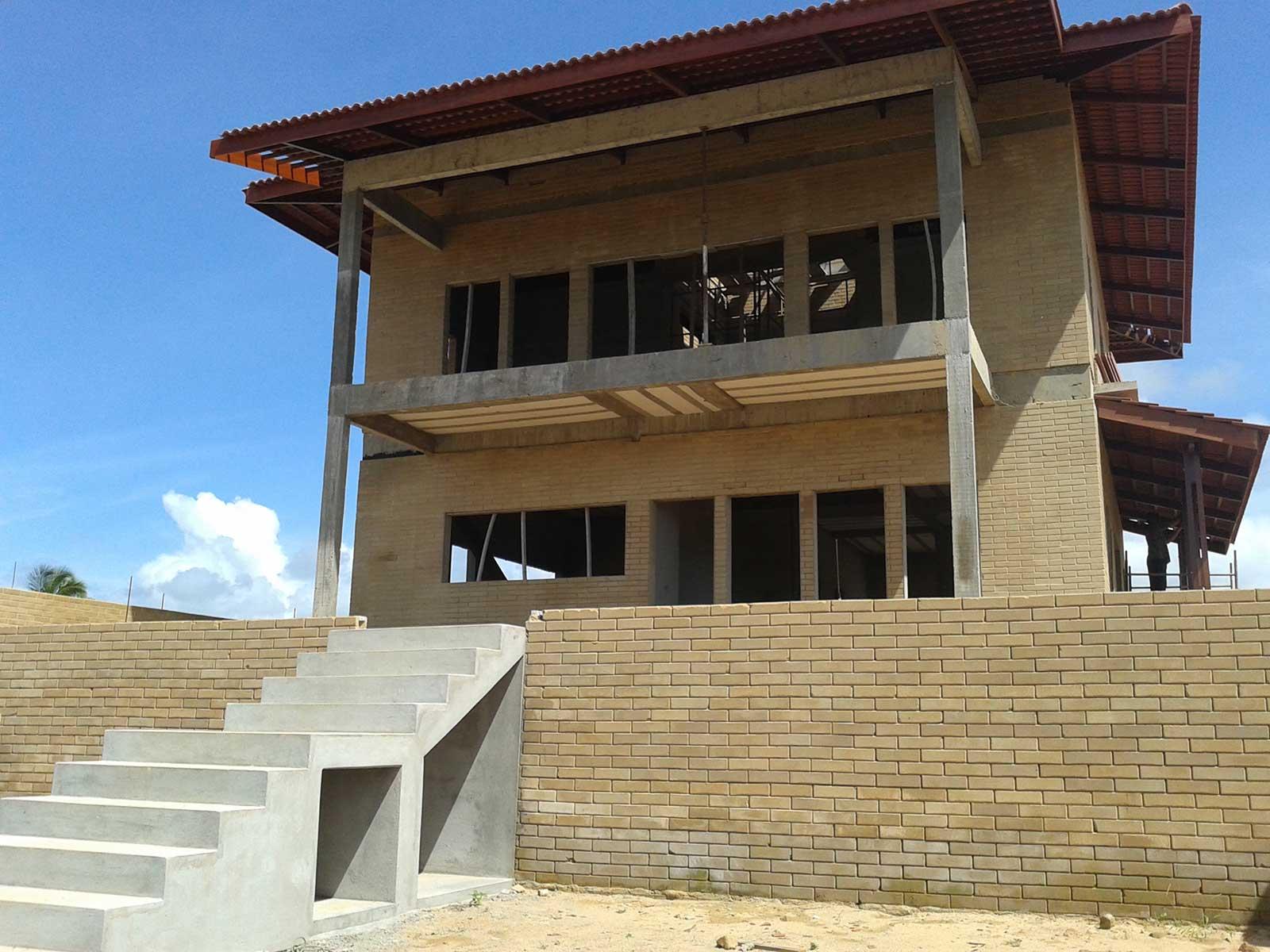 Casa Vastu em construção com tijolo ecológico (2017). Projeto: Verena Rapp