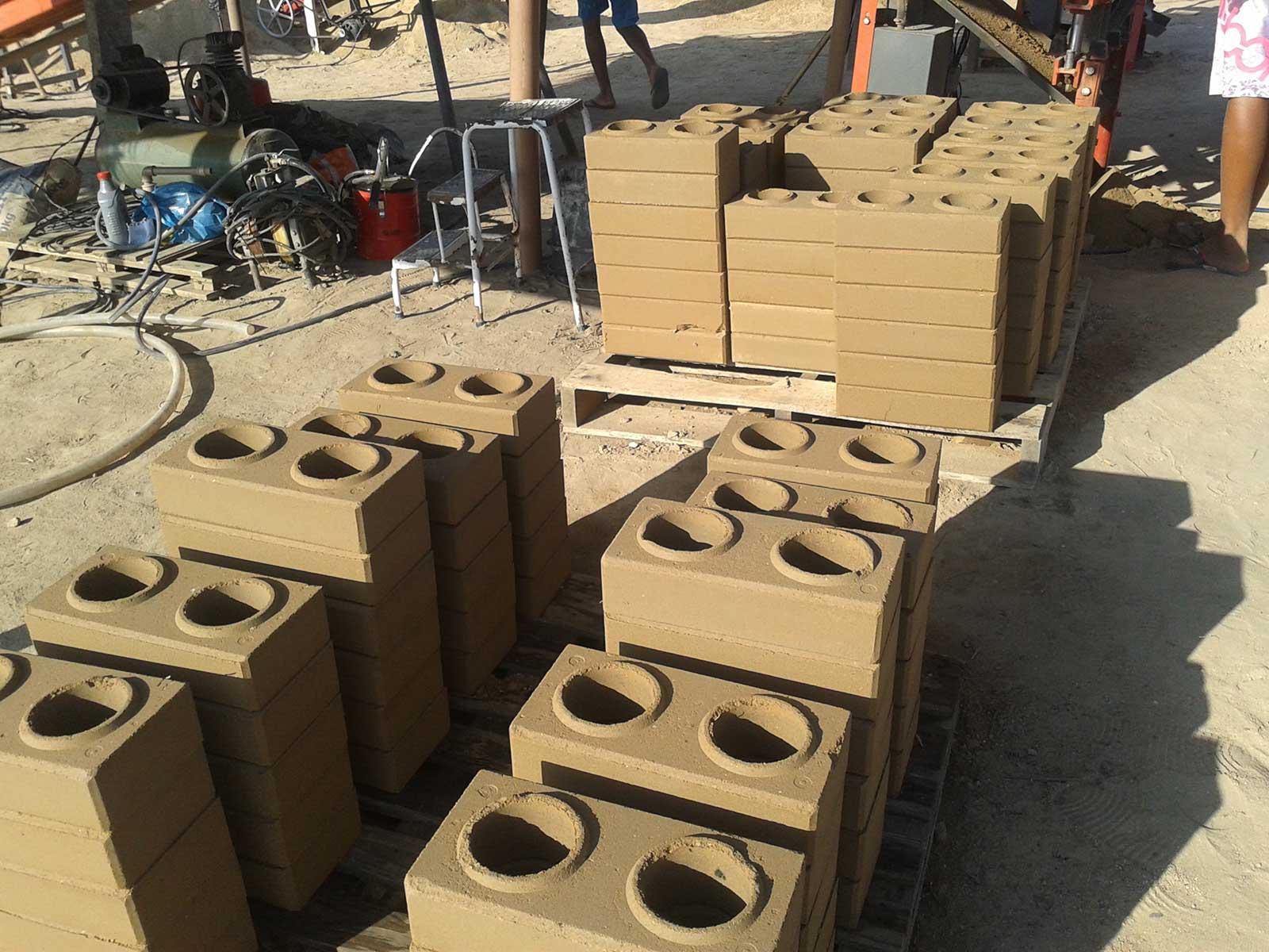 Produção de tijolos ecológicos com a terra do local da construção